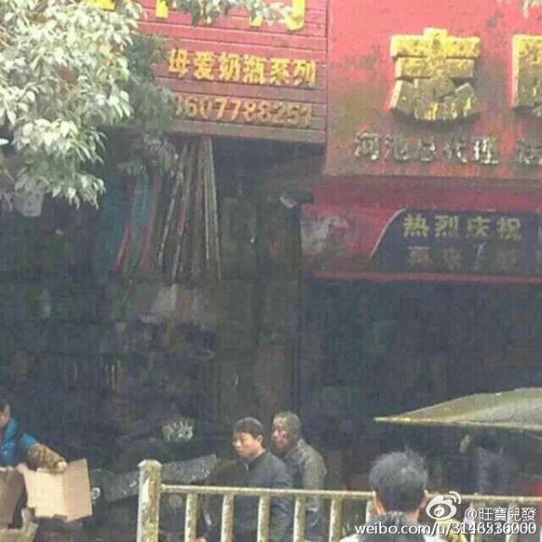 Посетители кафе после взрыва ассинезатора